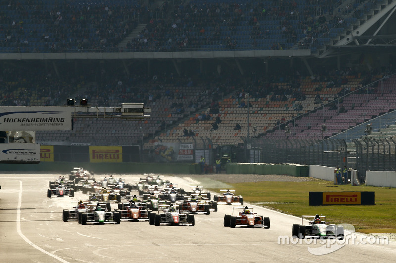 Марвін Дінст, HTP Junior Team, лідирує the ADAC F4 field at Hockenheim