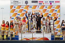 GT-подіум: переможці - Джошуа Хант, Домінік Анг, друге місце - Джеффрі Лі, Алессіо Пікар'єлло, Аддер