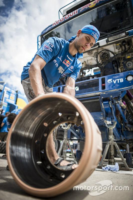 Un mécanicien du Team KAMAZ Master travaille pendant la journée de repos