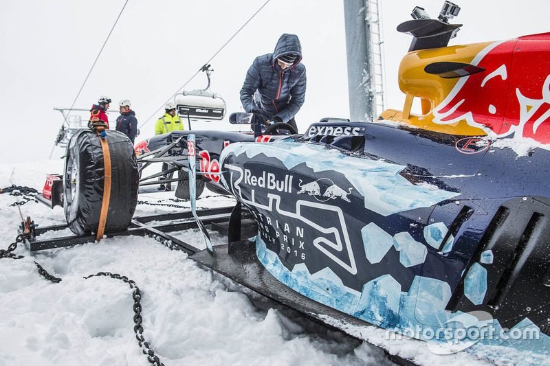 Red Bull RB7 llegando