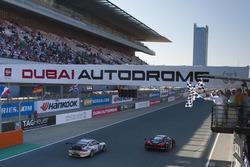Клетчатый флаг для Audi R8 LMS команды Belgian Audi Club Team WRT: Майкл Мидоус, Стюарт Леонард, Лоренс Вантхор, Ален Ферте