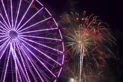 Das Ferris-Wheel und Feuerwerk