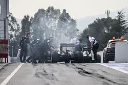 Jenson Button, McLaren MP4-31 ferma alla fine della pit lane