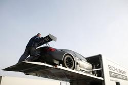 BMW M6 GT3 wird zurück in den LKW geschoben