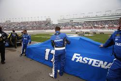 Les mécaniciens du Roush Fenway Racing enlèvent les couvertures après la pluie