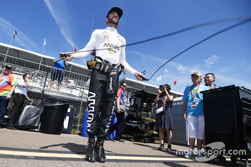 James Hinchcliffe, Schmidt Peterson Motorsports Honda calienta utilizando una cuerda para saltar