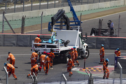 L'auto di Nelson Piquet Jr., NEXTEV TCR Formula E Team  es llevado en una grúa después de su accidente