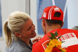 Корінна Шумахер, дружина Міхаеля Шумахера, цілує свого чоловіка