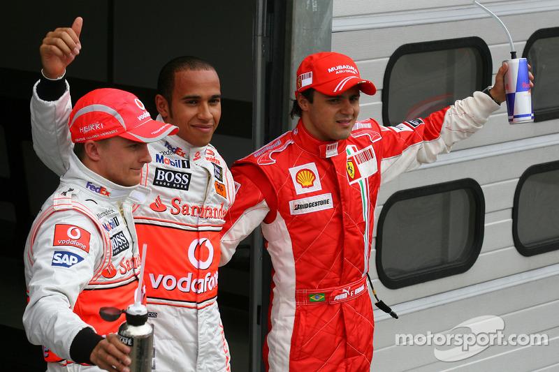Ganador de la pole position Lewis Hamilton con Felipe Massa y Heikki Kovalainen