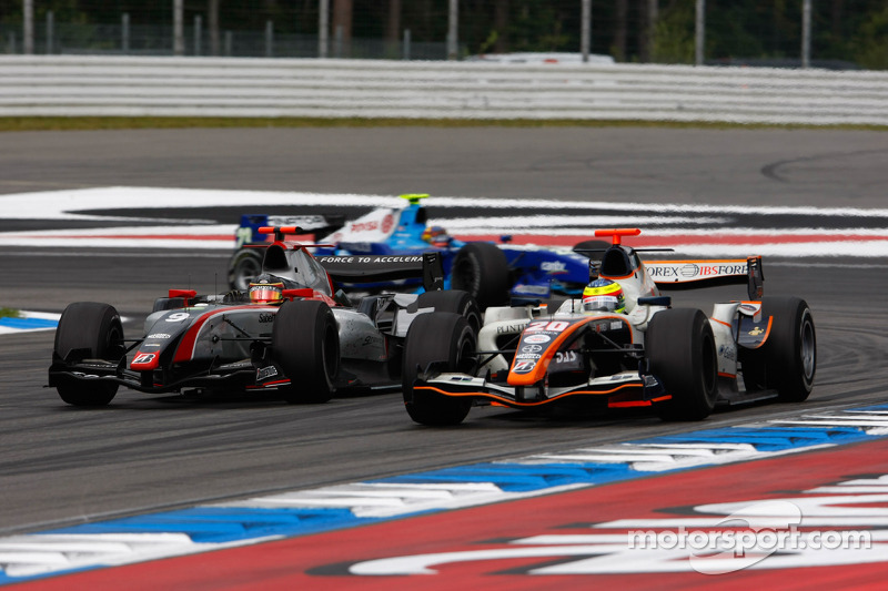 Jerome D'Ambrosio and Mike Conway battle for position