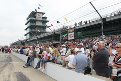 Fans watch qualifying