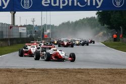 Primera vuelta, en la recta opuesta: en cabeza durante toda la carrera, # 4 Jules Bianchi ART Grand Prix Dallara-Mercedes