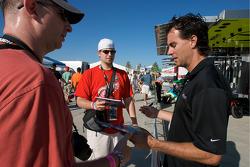 Bryan Herta signs autographs