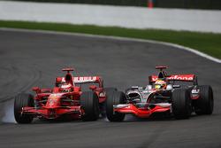 Кими Райкконен, Scuderia Ferrari, F2008 обгоняет Льюиса Хэмилтона, McLaren Mercedes, MP4-23