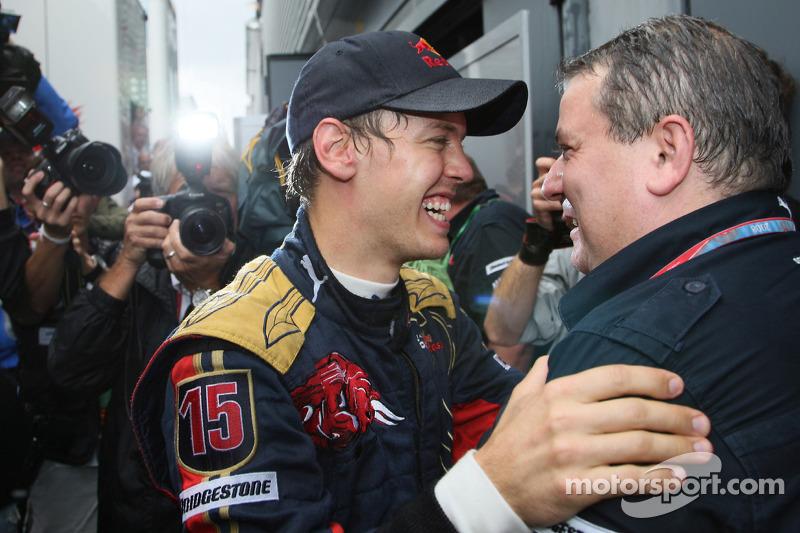 Ganador de la pole position Sebastian Vettel celebra con el equipo