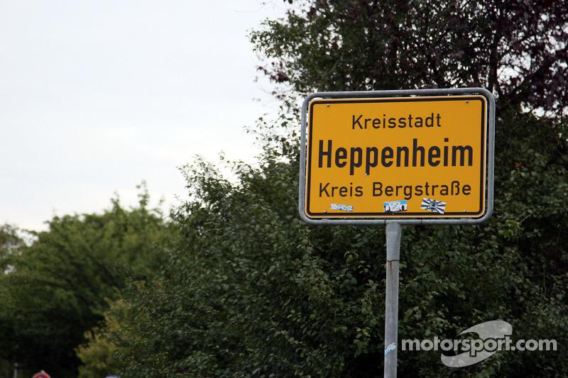 Рідне місто Себастьяна Феттеля - Геппенгайм, Німеччина:  дорожні знаки