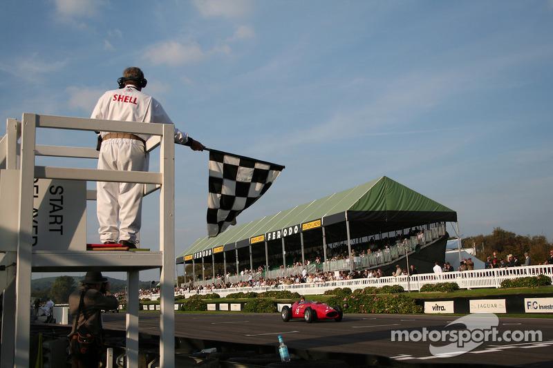 Tony Brooks et Ferrari Dino passent le drapeau à damier
