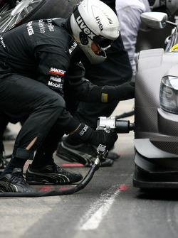 Mechanic at work during pitstop of Paul di Resta, Team HWA AMG Mercedes, AMG Mercedes C-Klasse