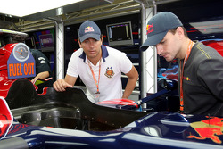 Stock otomobil pilotu s Carlos Bueno ve Daniel SerrScuderia Toro Rosso garajı