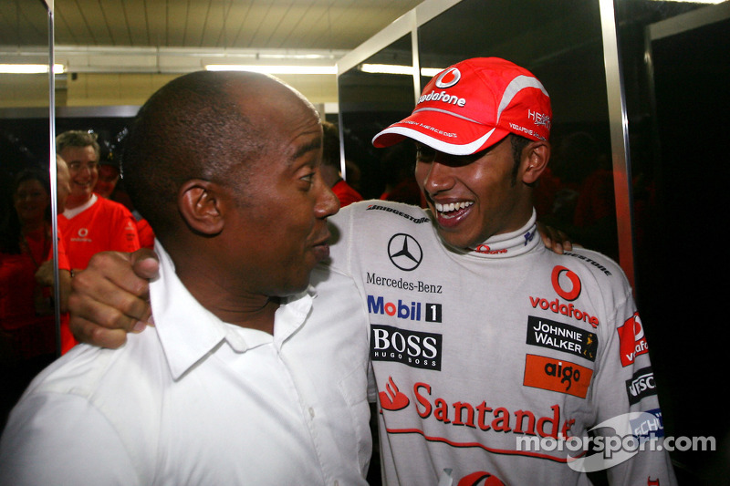Lewis Hamilton comemora com seu pai Anthony Hamilton