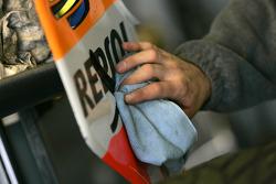 Механик команды Racing Engineering очищает кузовные панели