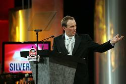 En recevant le Top Chevrolet Award, le propriétaire Kevin Harvick félicite Johnny Benson et l'équipe n°23 pour le titre et pour avoir battu son camion n°33, conduit par Ron Hornaday Jr.