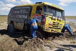 #502 Tatra T815-2 ZOR45: Ales Loprais, Vojtech Stajf and Milan Holan stuck in the sand