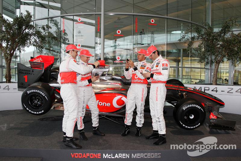 Gary Paffett, Heikki Kovalainen, Lewis Hamilton y Pedro de la Rosa con el nuevo McLaren Mercedes MP4