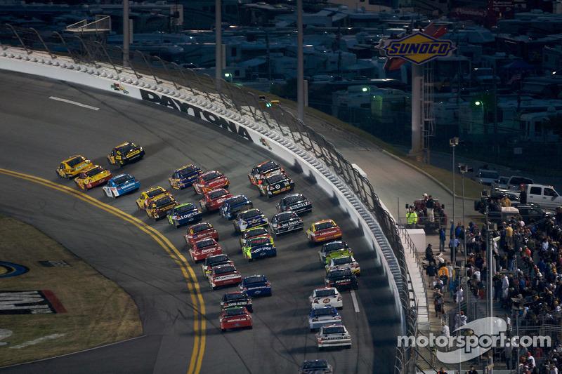 Matt Kenseth, Roush Fenway Racing Ford takes the lead over Elliott Sadler, Richard Petty Motorsports Dodge in turn 1