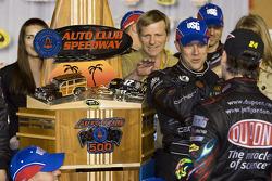 Victory lane: race winner Matt Kenseth, Roush Fenway Racing Ford celebrates with Jeff Gordon, Hendrick Motorsports Chevrolet