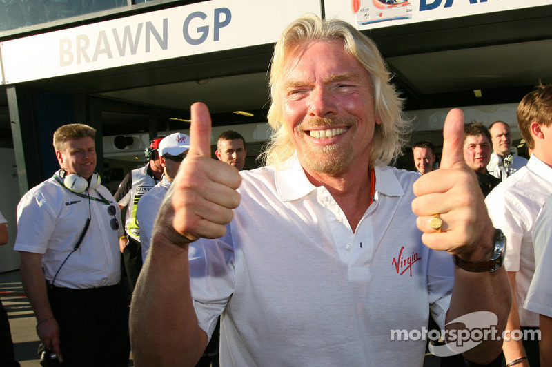 Sir Richard Branson CEO de Virgin Group celebra la pole position
