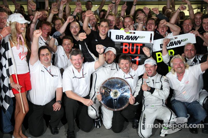 Ross Brawn, Brawn GP, Teamchef; Jenson Button, Brawn GP; Rubens Barrichello, Brawn GP; Nick Fry, Bra