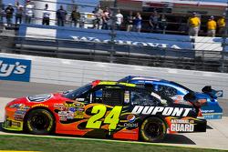 Départ: Jeff Gordon, Hendrick Motorsports Chevrolet, Kurt Busch, Penske Racing Dodge mène le peloto