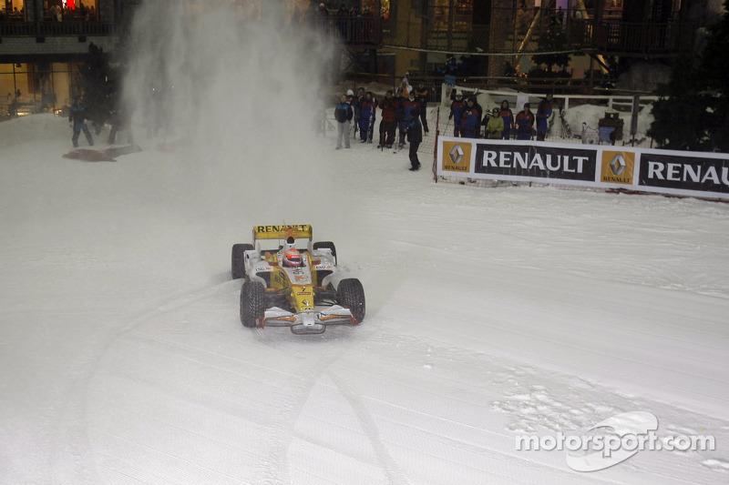 Nelson Piquet fährt den Renault F1 R28 in der Skihalle in Dubai