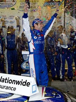Victory Lane : le vainqueur Greg Biffle fête sa victoire
