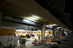 The pitlane at night, Nelson A. Piquet, Renault F1 Team