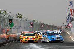 Start: Robert Huff, Chevrolet, Chevrolet Cruze and Gabriele Tarquini, Seat Sport, Seat Leon 2.0 TDI
