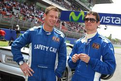 SafetyCar otomobil pilotu Bernd Maylander ve Tıbbi araç pilotu Alan Van der Merve