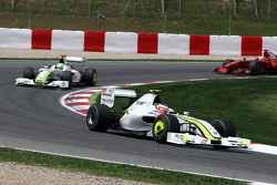 Рубенс Баррикелло, Brawn GP; на заднем плане - Дженсон Баттон, Brawn GP
