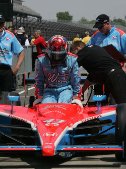 John Andretti, Richard Petty Motorsports, Dreyer & Reinbold Racing slides into the car to qualify