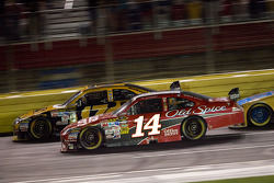 Tony Stewart, Stewart-Haas Racing Chevrolet passes Matt Kenseth, Roush Fenway Racing Ford for the lead