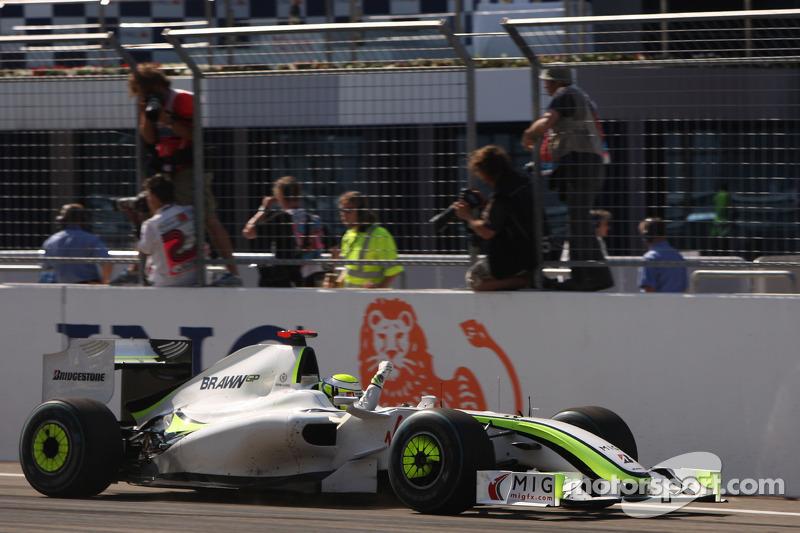 Дженсон Баттон (Brawn Mercedes) перемагає у гонці