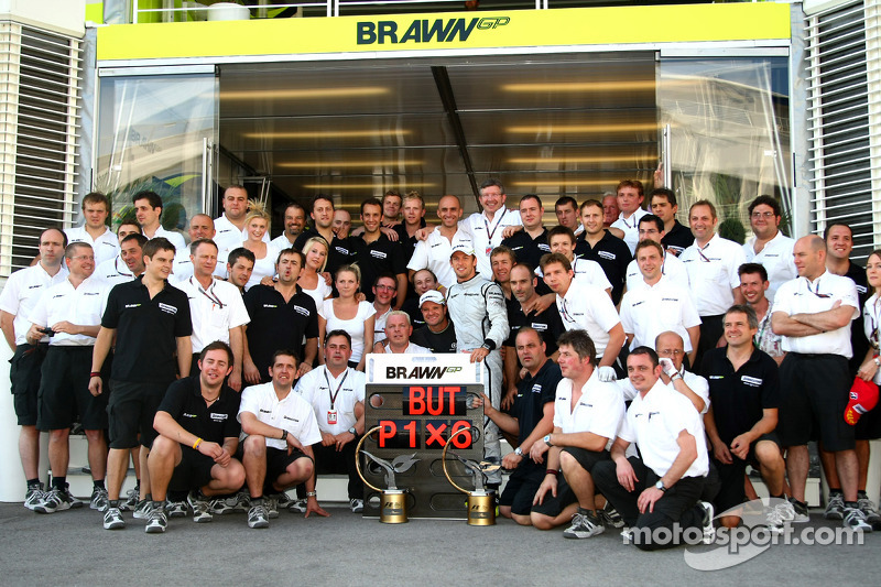 Jenson Button, Brawn GP celebrates with the team