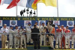 LMP1 podio: ganadores Alexander Wurz, David Brabham y Marc Gene, segundos Stéphane Sarrazin, Franck Montagny y Sébastien Bourdais, terceros Allan McNish, Rinaldo Capello y Tom Kristensen