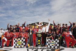 Victory lane: race winner Mark Martin, Hendrick Motorsports Chevrolet