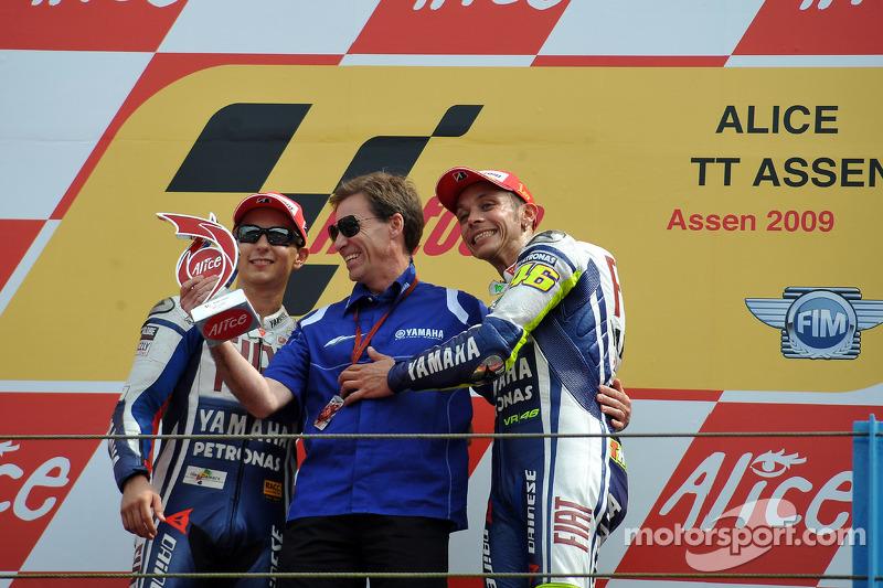 2009 Rossi celebra su victoria número 100 con Lin Jarvis y Jorge Lorenzo en el podio
