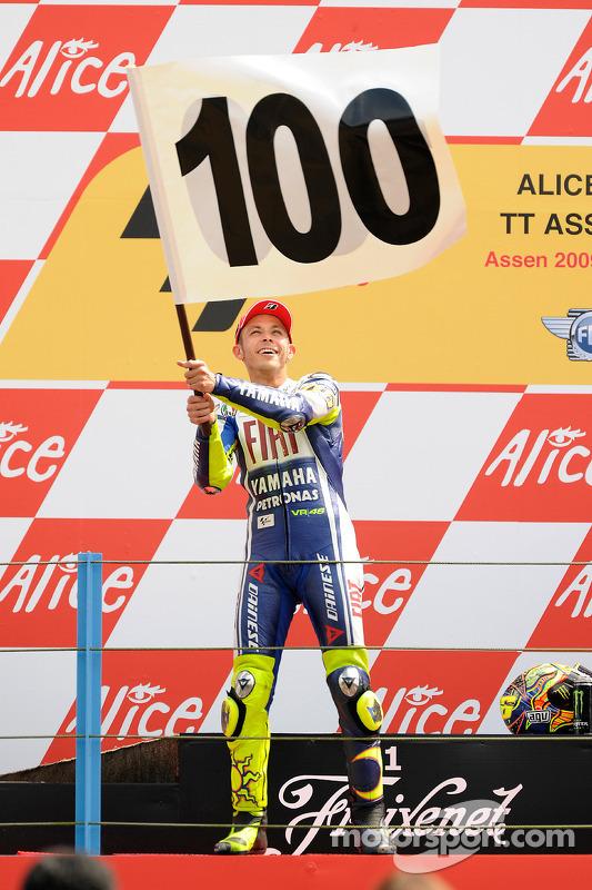 Podio: ganador de la carrera Valentino Rossi Fiat Yamaha Team celebra el triunfo 100 de MotoGP