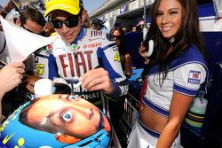 Valentino Rossi, Fiat Yamaha Team con una encantadora chica de Yamaha