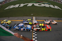 Start: Tony Stewart, Stewart-Haas Racing Chevrolet leads Jeff Gordon, Hendrick Motorsports Chevrolet, Jimmie Johnson, Hendrick Motorsports Chevrolet and Kurt Busch, Penske Racing Dodge