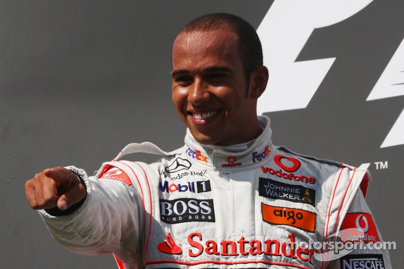 Hamilton comemora vitória na Hungria, em 2009, em fim de semana fatídico para Felipe Massa, que sofreu grave acidente no treino de classificação